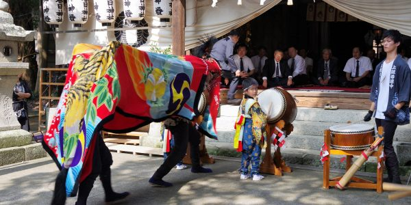 2016年 多度津町山階・春日神社 秋季例大祭 拝殿前 上小原獅子組