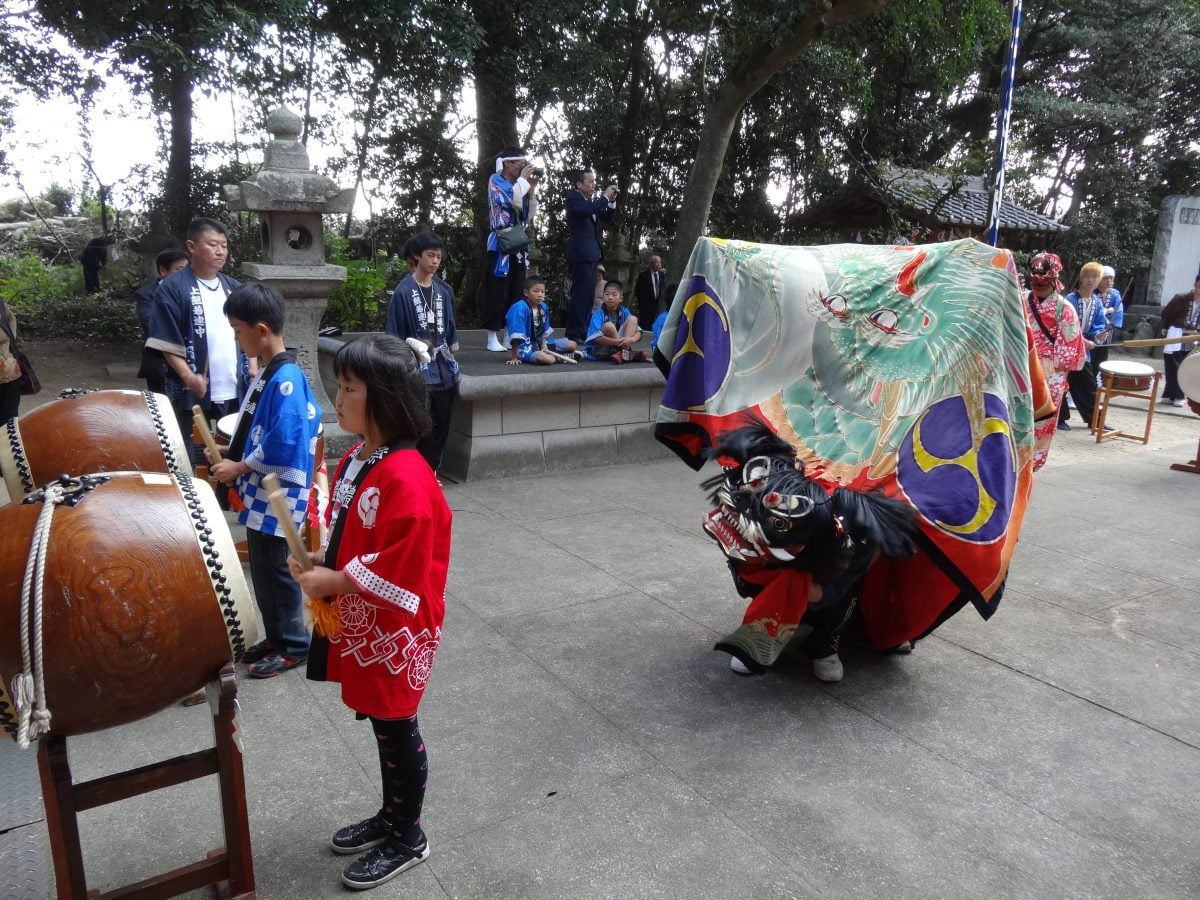 2012年 多度津町山階・春日神社 秋季例大祭 拝殿前 上小原獅子組