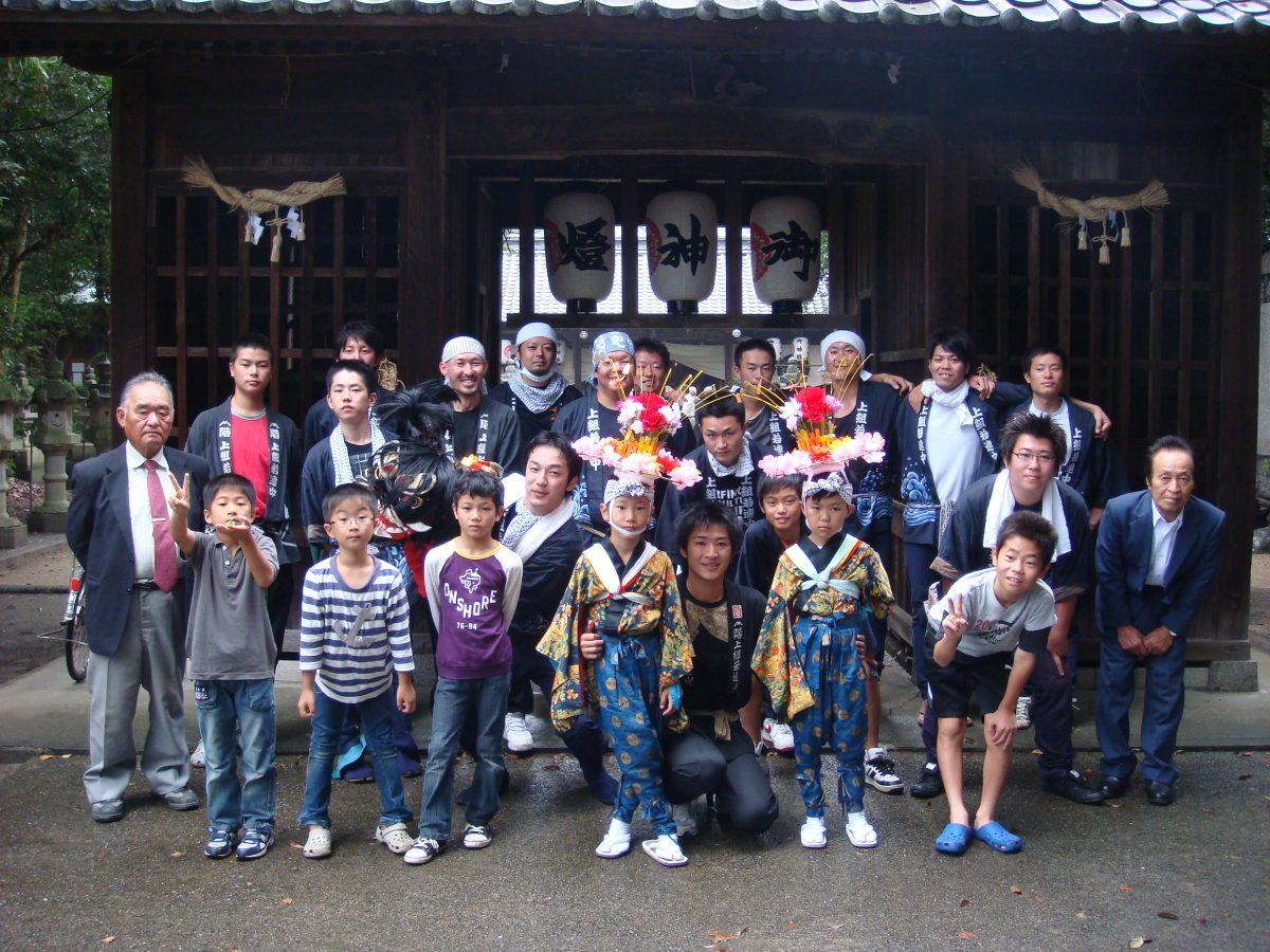 2010年 多度津町山階・春日神社 秋祭り 記念 集合写真 上小原獅子組