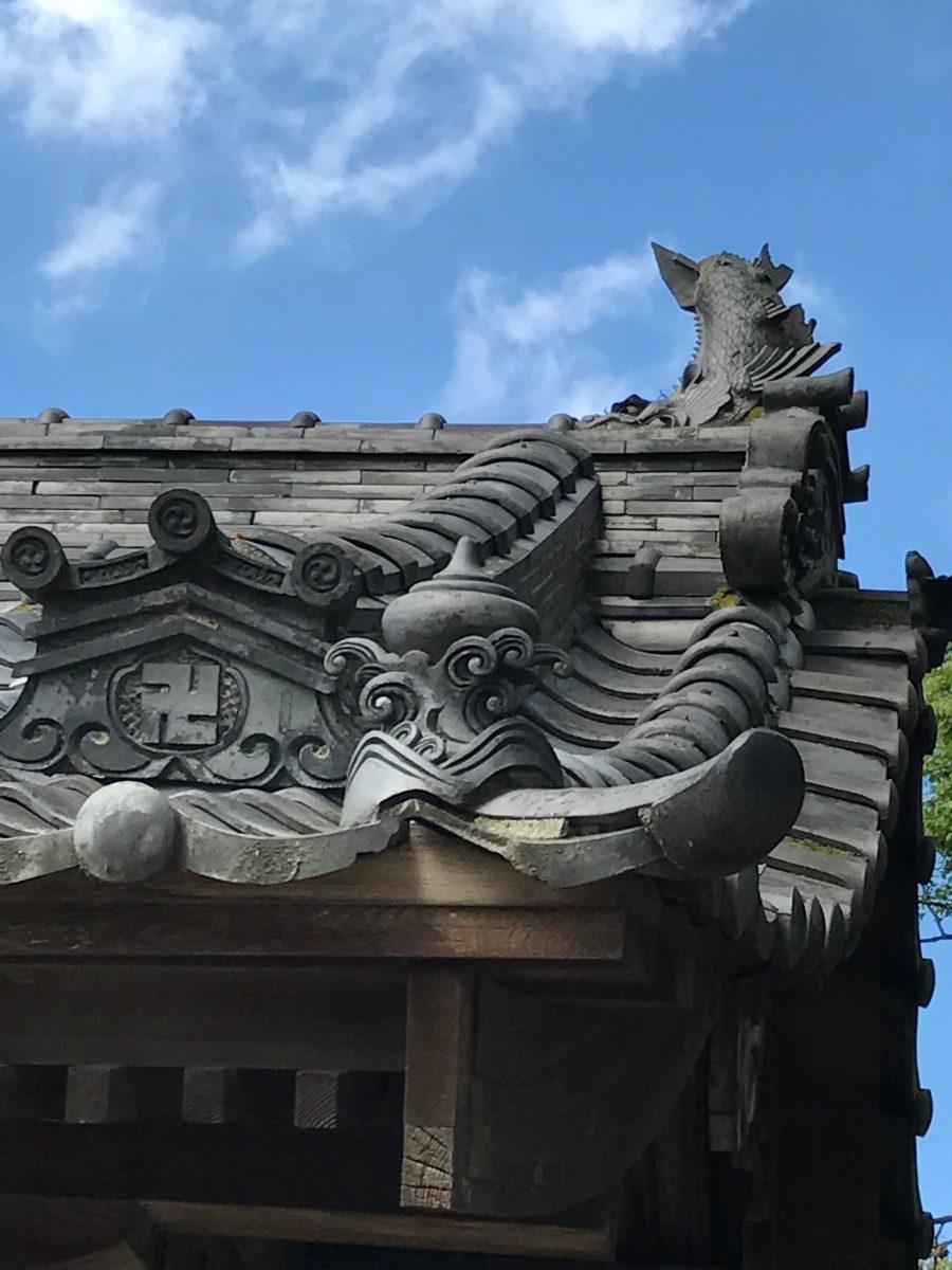 多度津町山階・春日神社 随神門 瓦