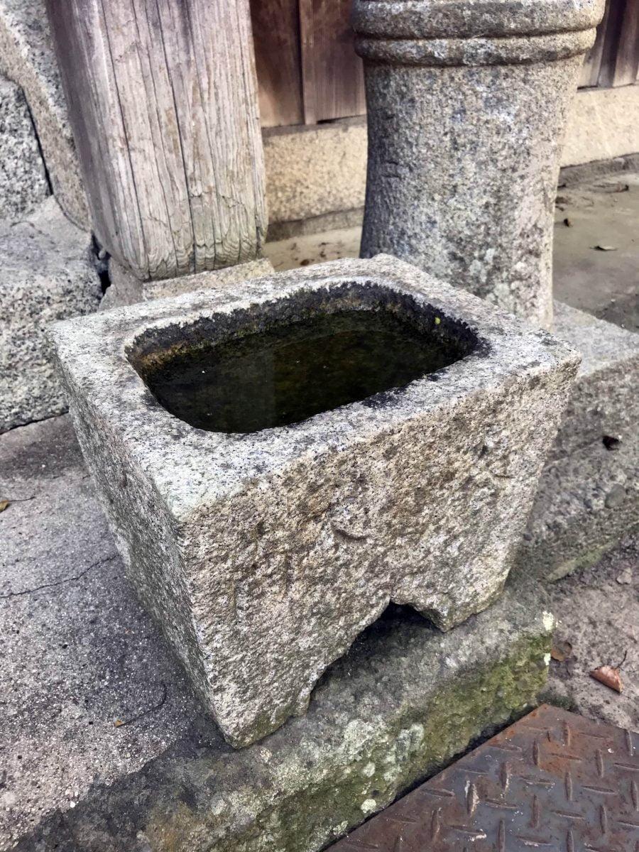 多度津町山階・春日神社 手水鉢