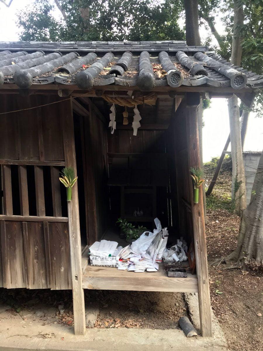 多度津町山階・春日神社 昔の古札納所